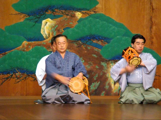 堺能楽堂で大鼓を打つ写真